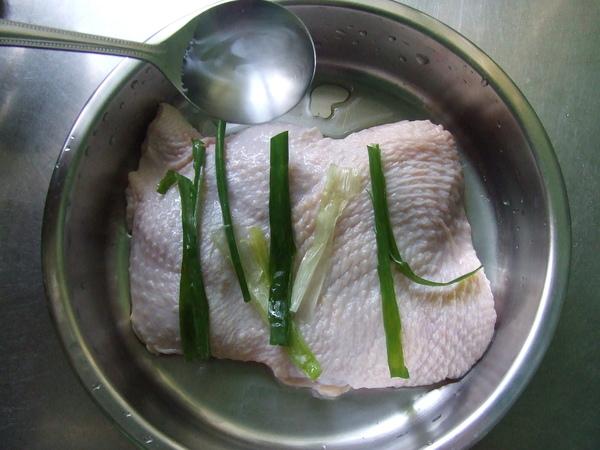 乾煎雞腿排佐柚香醬_作法2:米酒&青蔥 醃雞腿