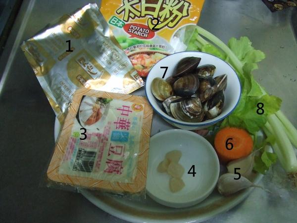 干貝蛤蠣豆腐煲_材料(依序):烹大師干貝調味粉、太白粉、豆腐、新鮮干貝、蒜頭、紅蘿蔔、蛤蠣、芹菜