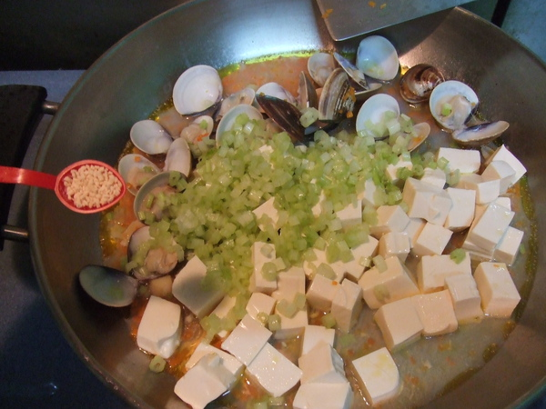 干貝蛤蠣豆腐煲_作法5:加入豆腐、芹菜、調味粉