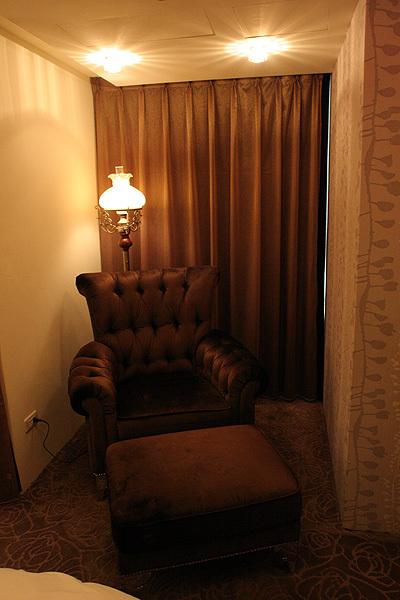 莎翁客房-看不到電視的大沙發
