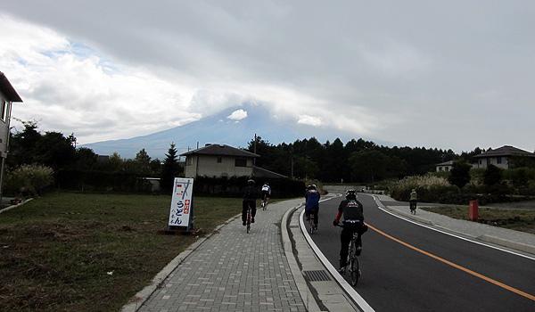 富士山被雲擋住了