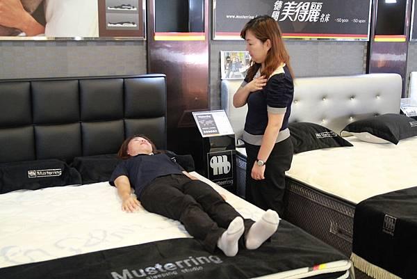 睡眠工藝-床墊試躺4