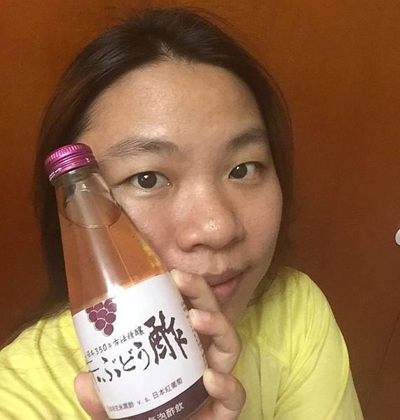 酢屋玄米氣泡醋飲-與商品合照.jpg