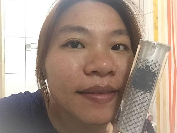 姬愛思非凡奇肌玫瑰賦活精華_與產品合照.jpg