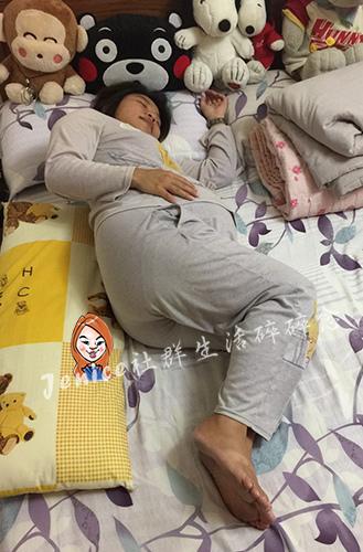 吳媽媽手作月亮枕孕婦枕_使用長型抱枕1.jpg