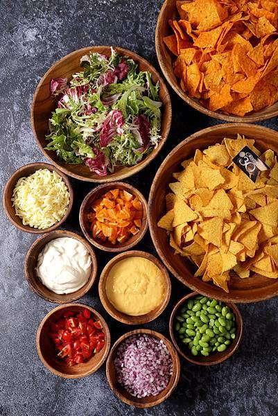 台北晶華_滿是玉米片與莎莎醬、起士醬…等配料的墨西哥脆片吧.jpg