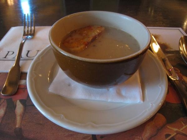 中午三明治套餐的磨菇湯