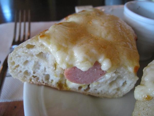 好吃的麵包裡面有德國熱狗,上面是起司