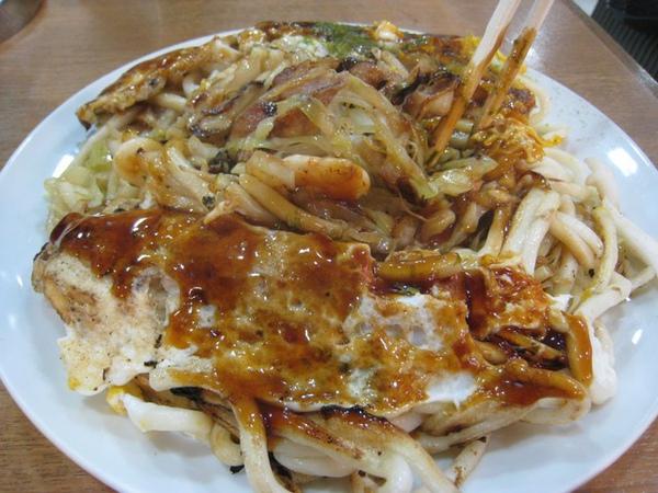 好多海鮮的料,底部是高麗菜,好吃