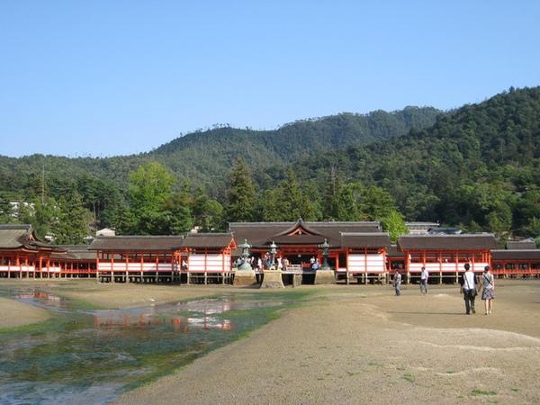 後面是神社