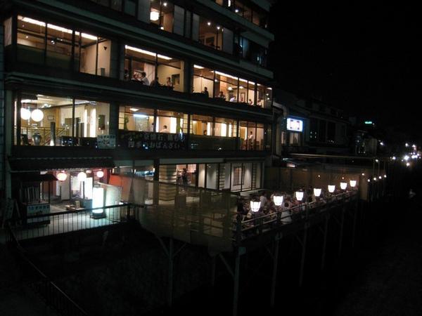 夏天晚上京都鴨川旁餐廳的露天料理