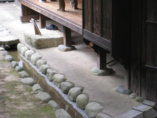 屋子的柱子都用石頭墊