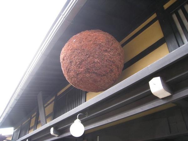 以前的賣酒店門口都會掛一個杉葉還是松葉做成的球