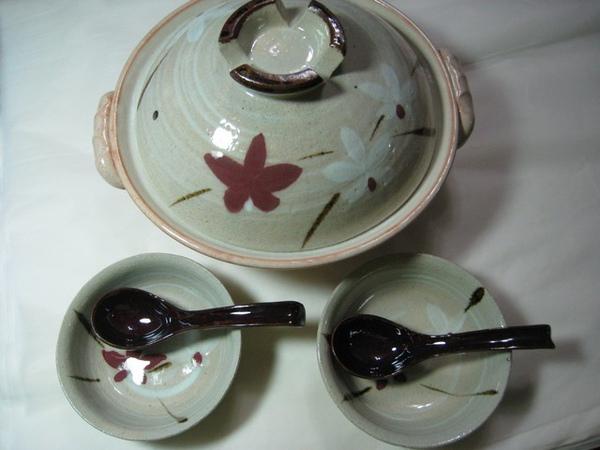 兩人份的陶鍋、碗和湯匙