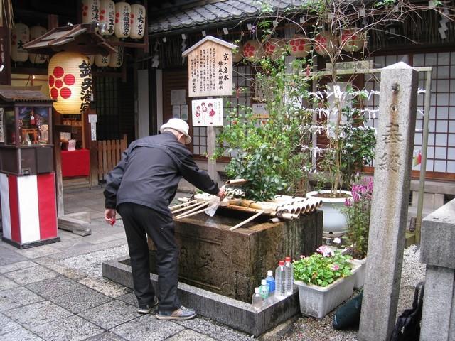 你看日本老杯杯準備了多少瓶子裝水