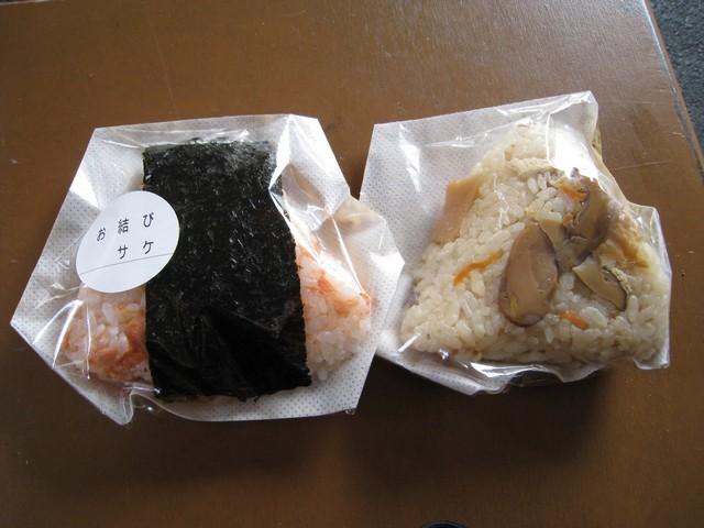 我在錦市場買的鮭魚和什麼菇的飯團