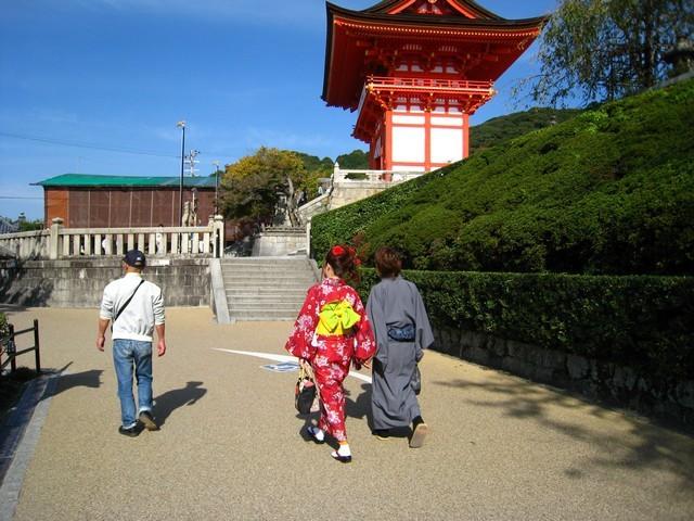 這對穿著日式服裝的男女朋友