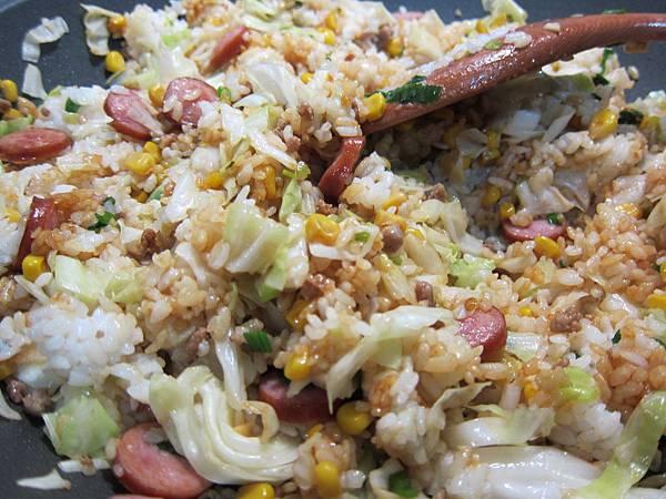 玉米粒炒絞肉 香腸玉米蛋炒飯 (43)