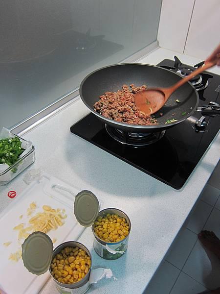 玉米粒炒絞肉 香腸玉米蛋炒飯 (11)