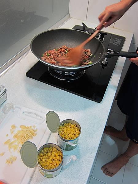 玉米粒炒絞肉 香腸玉米蛋炒飯 (10)