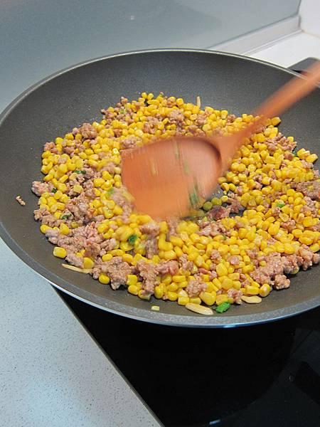 玉米粒炒絞肉 香腸玉米蛋炒飯 (14)
