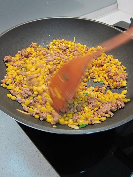 玉米粒炒絞肉 香腸玉米蛋炒飯 (15)