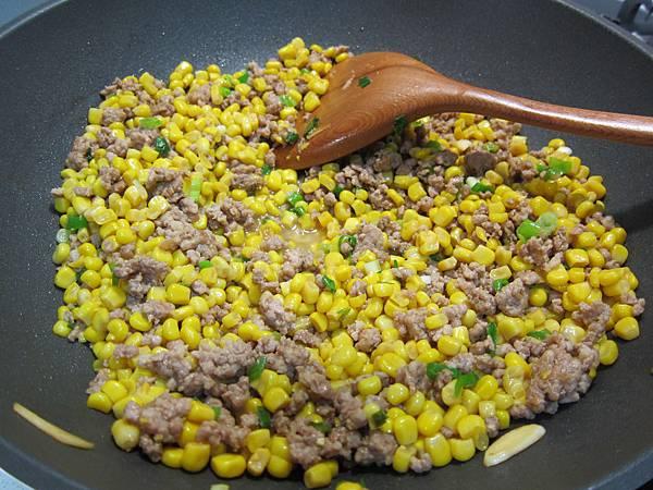 玉米粒炒絞肉 香腸玉米蛋炒飯 (17)