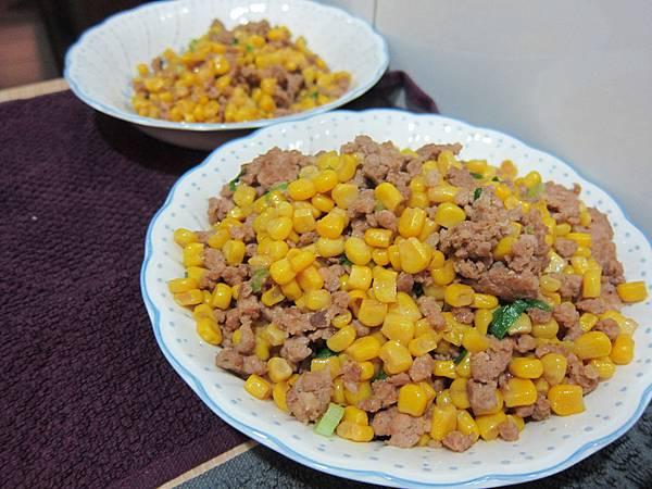 玉米粒炒絞肉 香腸玉米蛋炒飯 (18)
