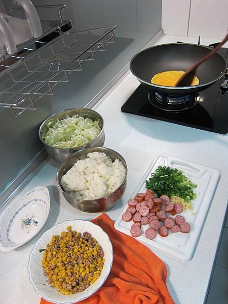 玉米粒炒絞肉 香腸玉米蛋炒飯 (21)