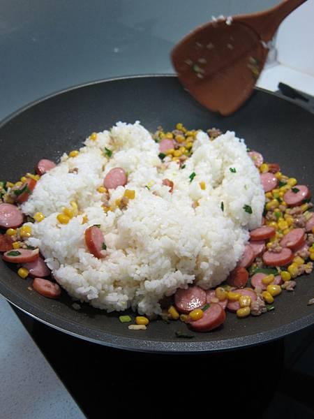 玉米粒炒絞肉 香腸玉米蛋炒飯 (35)
