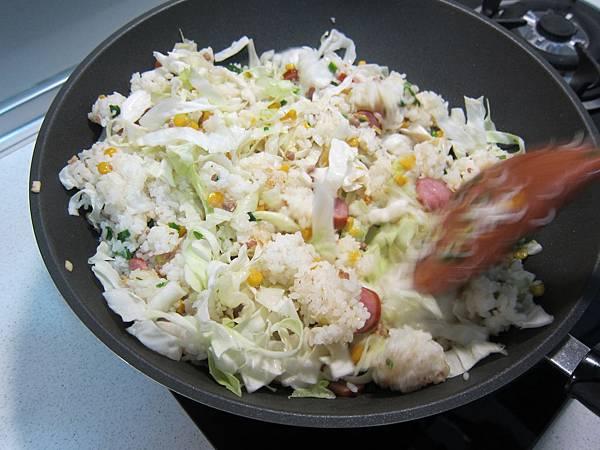 玉米粒炒絞肉 香腸玉米蛋炒飯 (38)