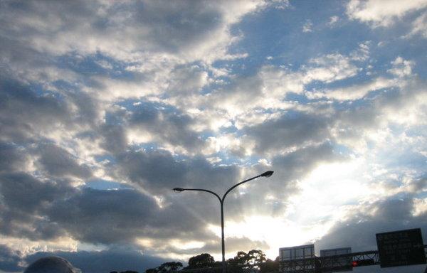 1028在車上拍的天空