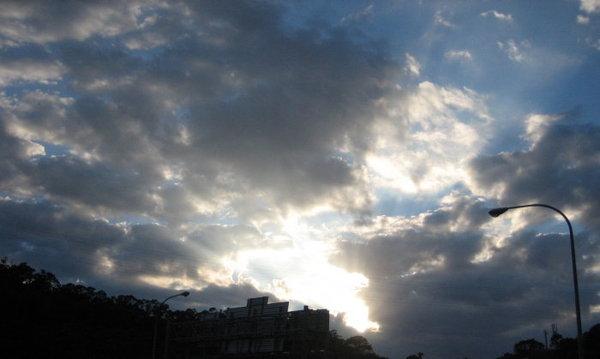 厚重的雲層掩不住太陽的光芒