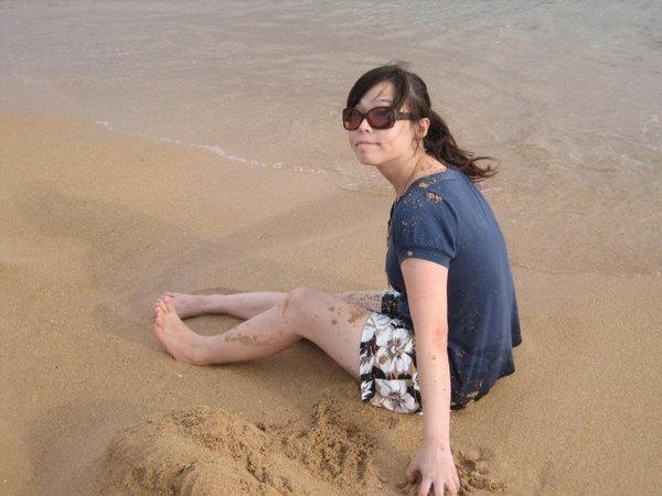 可憐的咩咩被潑到衣服都是沙