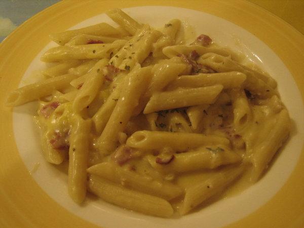 威尼斯─奶油培根蛋黃筆尖麵