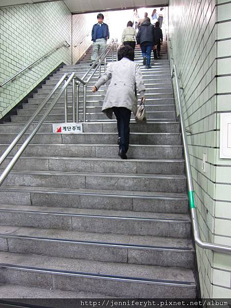 6號出口樓梯怎麼這麼多....T^T