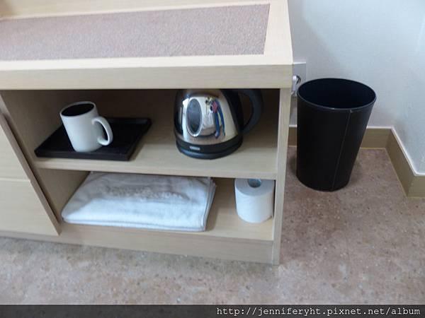 捲筒衛生紙、毛巾兩條、馬克杯、電水壺、垃圾桶