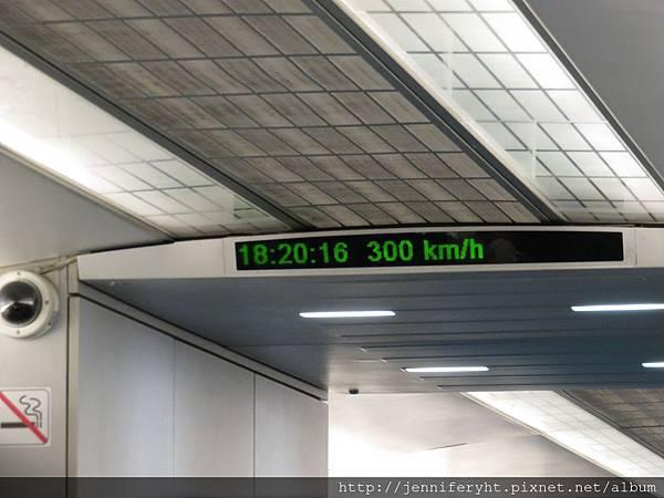 時速300km喔~很穩,只是有點吵