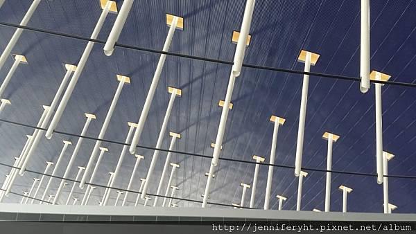 浦東機場天花板這到底是什麼??有壞人時可以一管砸下來插死??