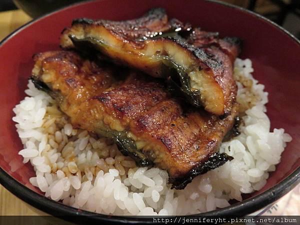 這碗只要1000日幣!!鰻魚烤得超焦香軟嫩好好吃!!