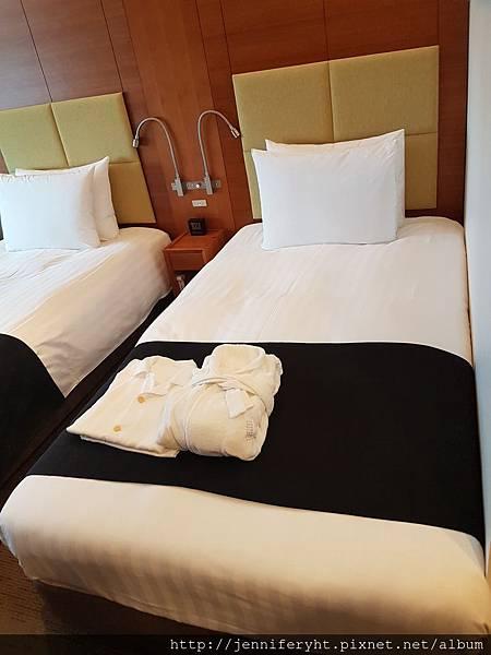 樂天飯店-床上擺了浴袍和睡袍!!