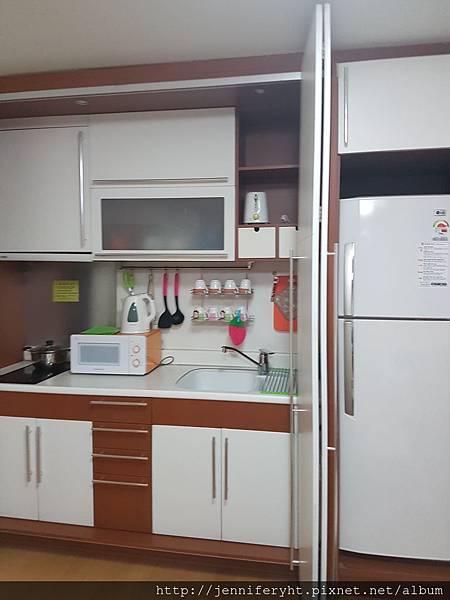 廚房和冰箱有收納門挺妙的
