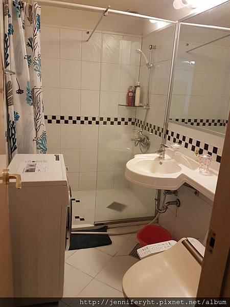 廁所唯一的缺點就是洗衣機很佔空間