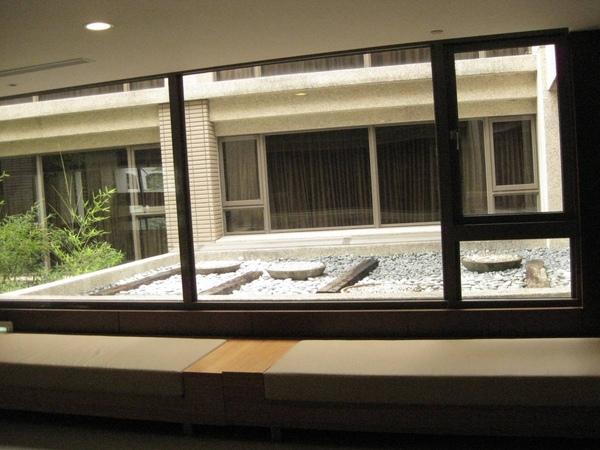 二樓窗外的造景