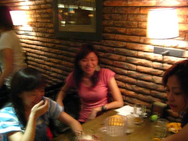 姊姊準備灌別人酒,兩位美眉笑得好開心