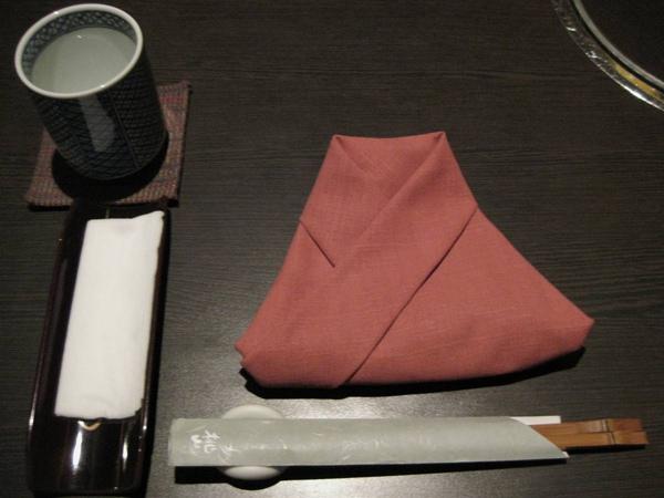 折成和服領的餐巾