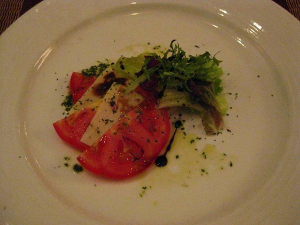 經典義式番茄乳酪盤佐羅勒松子醬