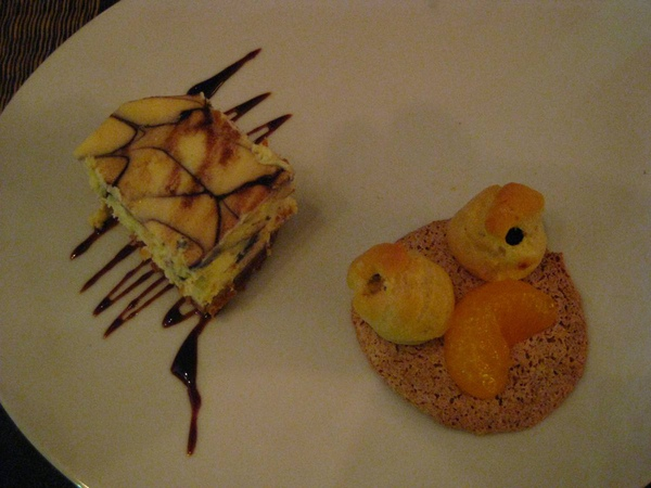 乳酪蛋糕和巧克力泡芙