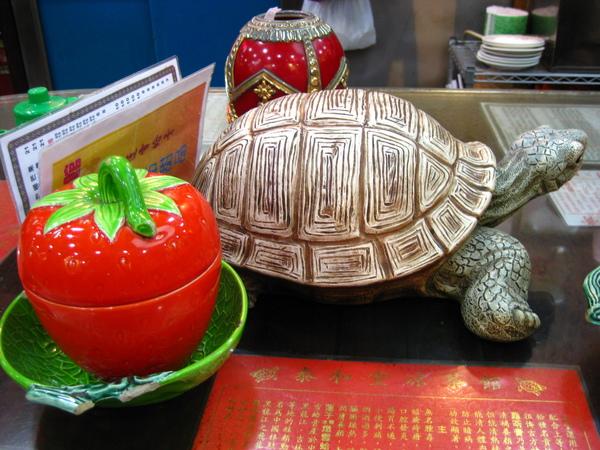 桌上放隻很大的假烏龜