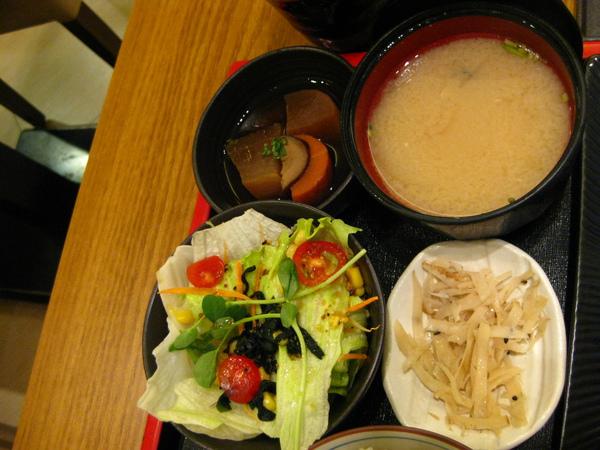 定食附的小菜、味噌湯、沙拉